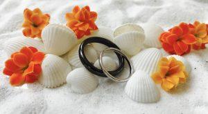 """Beide Ringe sind aus Silber und Oberflächenbehandelt. Sein Ring ist schwarz rhodinert und ihr Ring ist """"normal"""" rhodiniert."""